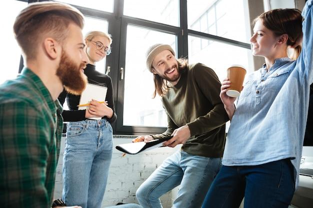 Skoncentrowani Koledzy W Biurze Rozmawiają Ze Sobą Darmowe Zdjęcia