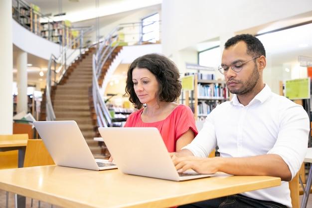 Skoncentrowani studenci przystępujący do testu online Darmowe Zdjęcia