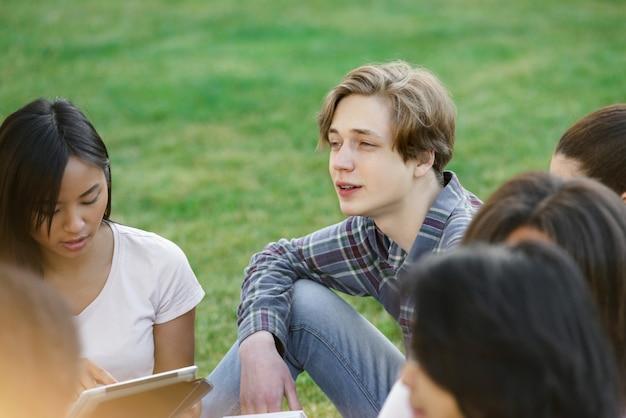 Skoncentrowani Studenci Uczący Się Na Zewnątrz. Darmowe Zdjęcia
