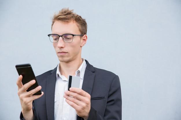 Skoncentrowany klient robi zakupy online Darmowe Zdjęcia
