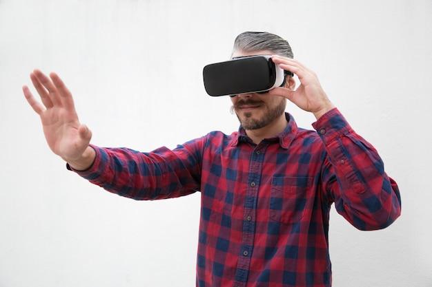 Skoncentrowany Mężczyzna Za Pomocą Zestawu Słuchawkowego Wirtualnej Rzeczywistości Darmowe Zdjęcia