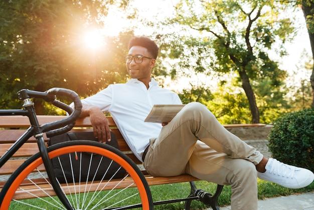 Skoncentrowany Młody Afrykański Mężczyzna Czyta Gazetę. Darmowe Zdjęcia