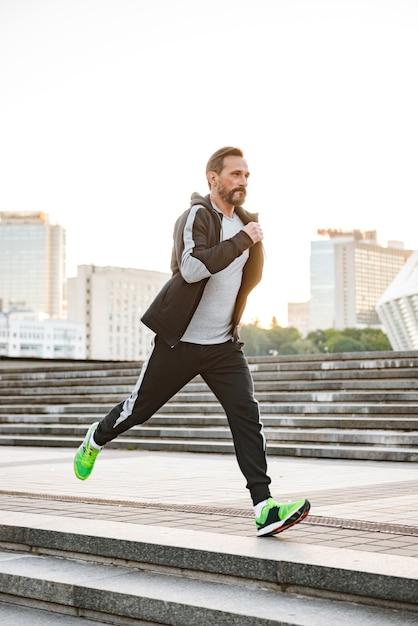 Skoncentrowany Sportowiec Biegający Na świeżym Powietrzu Premium Zdjęcia