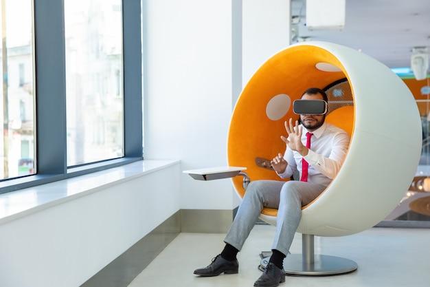 Skoncentrowany Użytkownik Afroamerykanów W Okularach Vr Darmowe Zdjęcia