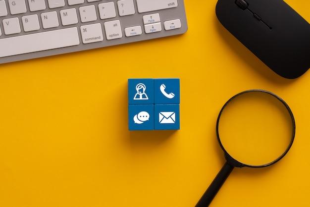 Skontaktuj Się Z Nami Ikony Na Kolorowe Kostki Premium Zdjęcia