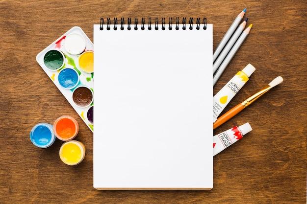 Skopiuj Notatnik Miejsca Powyżej Narzędzi Do Malowania Premium Zdjęcia