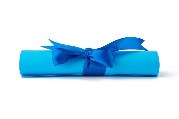 Skręcony Kawałek Niebieskiego Papieru Przewiązany Jedwabną Niebieską Wstążką Premium Zdjęcia
