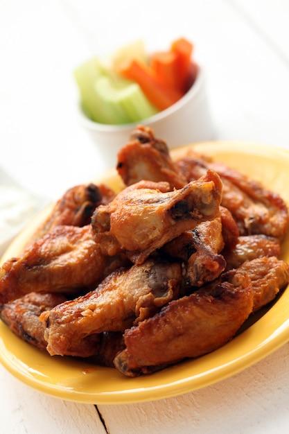 Skrzydełka z kurczaka w misce z warzywami Darmowe Zdjęcia