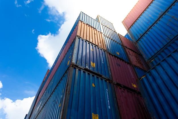Skrzynia Kontenerowa Do Transportu ładunków W Stoczni Logistycznej. Premium Zdjęcia
