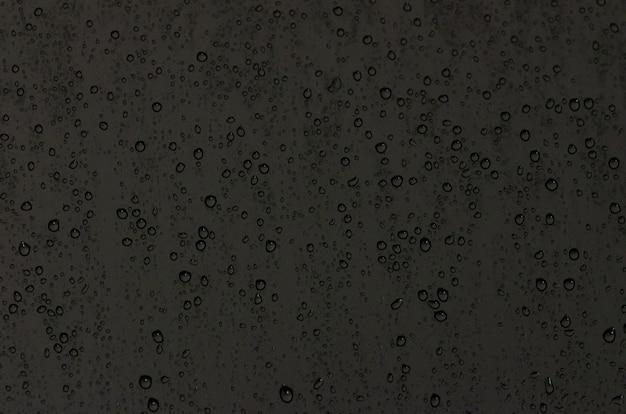 Skupić się i niewyraźne zdjęcie kropla deszczu na szybę Premium Zdjęcia
