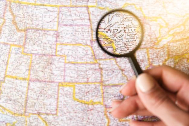 Skupiony Stan Wisconsin Ze Szkłem Powiększającym Darmowe Zdjęcia