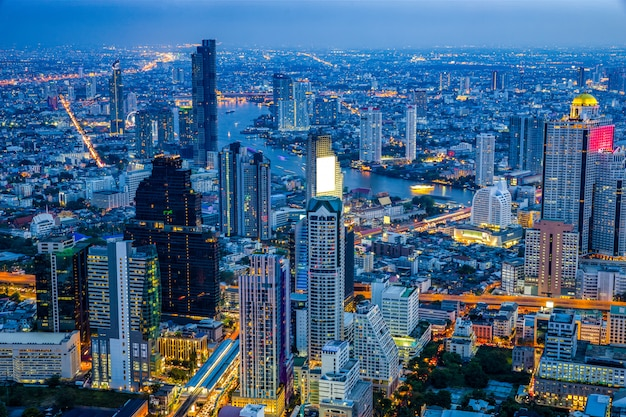 Skyline widok dzielnicy biznesowej bangkoku w porze nocnej. Premium Zdjęcia