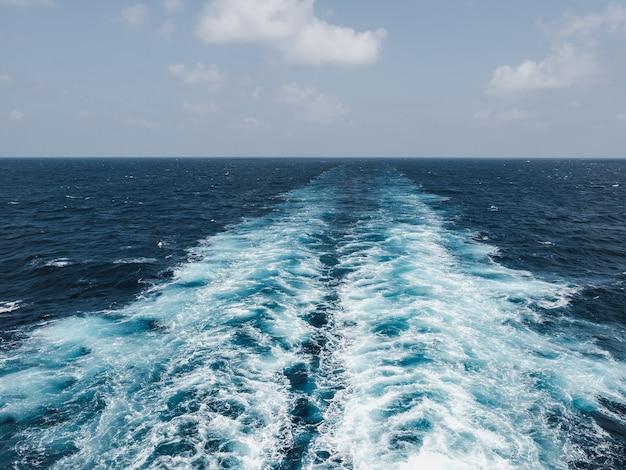 Ślad Liniowca Na Powierzchni Morza Premium Zdjęcia