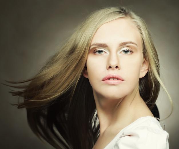 Śliczna Blond Kobieta Premium Zdjęcia