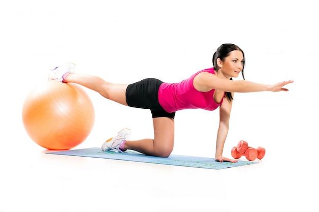 Śliczna brunetki kobieta na ćwiczenie macie Darmowe Zdjęcia