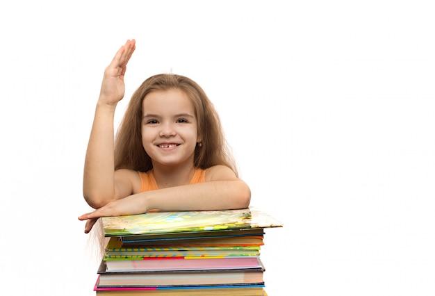 Śliczna Caucasian Mała Dziewczynka Z Książkami. Portret Szkoły. Pojedynczo Na Białym Tle Premium Zdjęcia