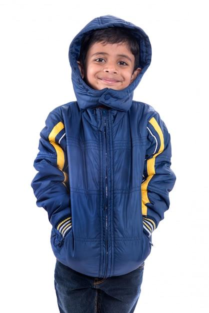 Śliczna Chłopiec W Zima żakiecie Odizolowywającym Na Białej Przestrzeni Premium Zdjęcia