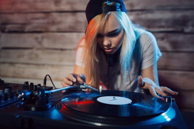 Śliczna Dj Kobieta Ma Zabawę Bawić Się Muzykę Przy Klubu Przyjęciem Darmowe Zdjęcia