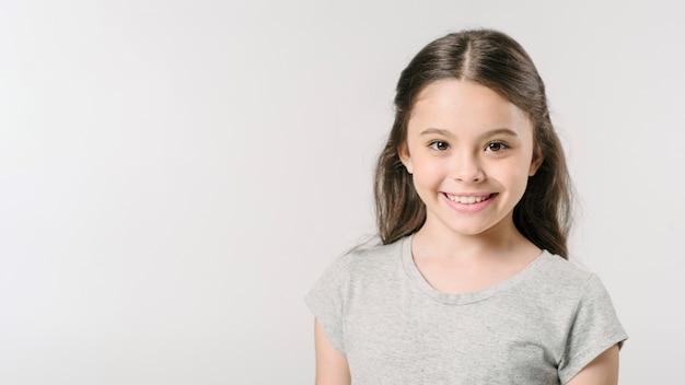 Śliczna dziewczyna ono uśmiecha się w studiu Darmowe Zdjęcia
