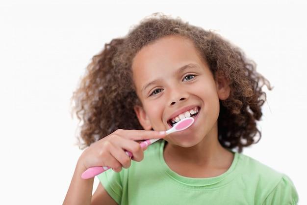 Śliczna dziewczyna szczotkuje jej zęby Premium Zdjęcia