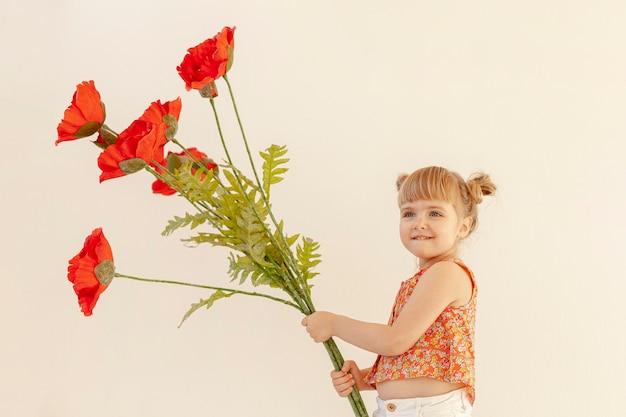 Śliczna Dziewczyna Trzyma Dużych Kwiaty Darmowe Zdjęcia
