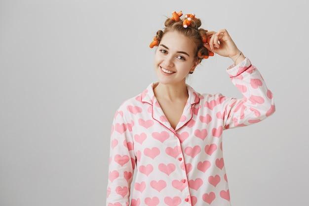 Śliczna Dziewczyna W Piżamie Nakłada Lokówki Darmowe Zdjęcia