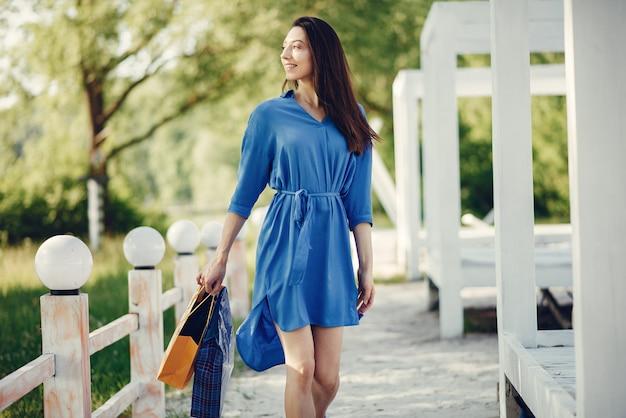 Śliczna dziewczyna z torba na zakupy w parku Darmowe Zdjęcia
