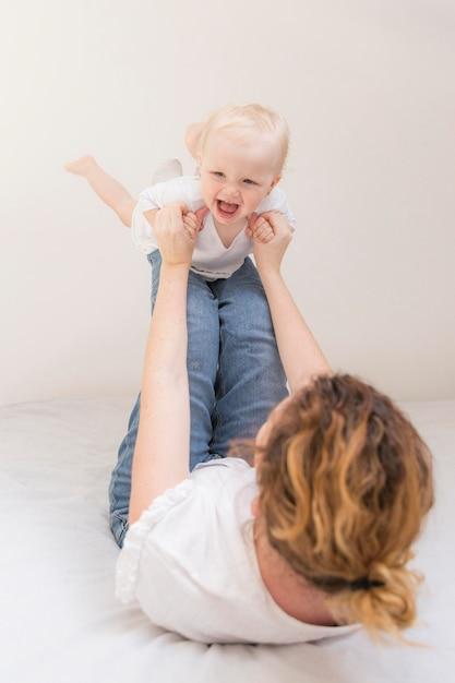 Śliczna Dziewczynka Bawić Się Z Matką W Domu Darmowe Zdjęcia