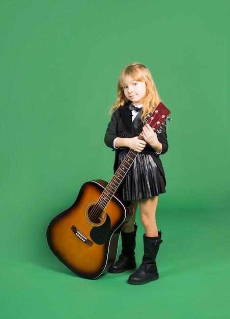 Śliczna Dziewczyny Pozycja Z Gitarą Akustyczną Darmowe Zdjęcia