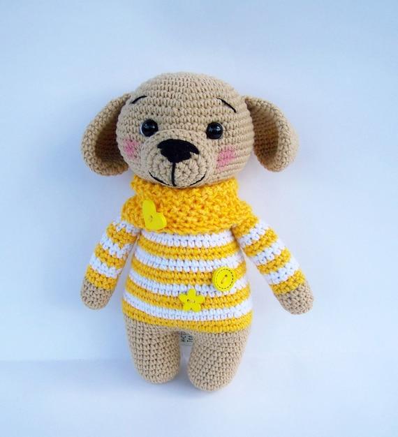 Śliczna Handmade Szydełkowa Doggy Lala Odizolowywająca Na Białym Tle Z Cienia Odbiciem. Premium Zdjęcia