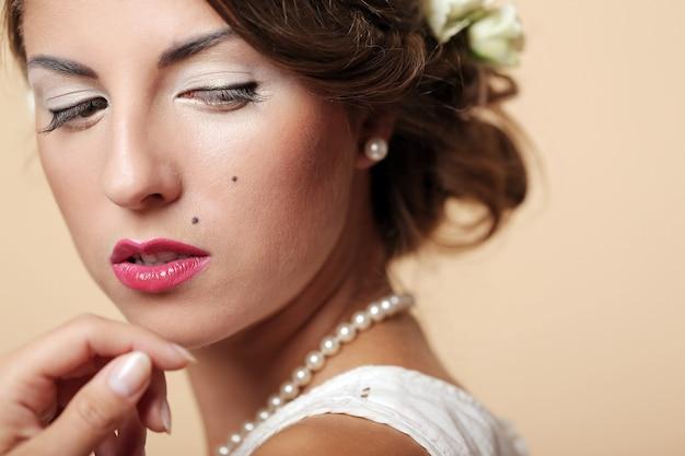 Śliczna i młoda dziewczyna przygotowuje się do małżeństwa Darmowe Zdjęcia
