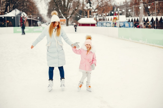 Śliczna i piękna rodzina w zimowym mieście Darmowe Zdjęcia