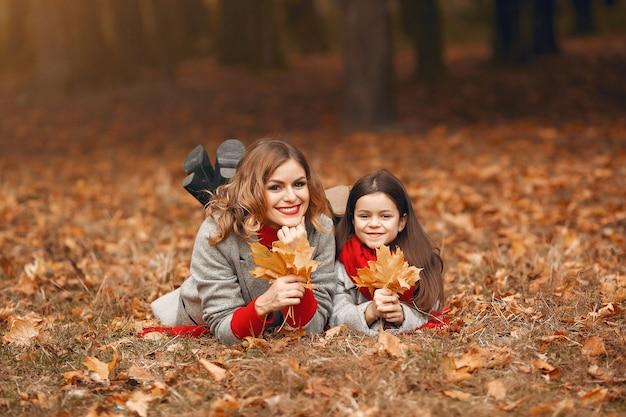 Śliczna i stylowa rodzina w jesiennym parku Darmowe Zdjęcia