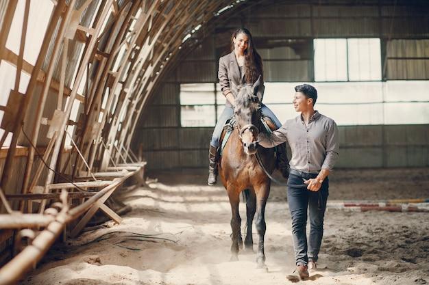 Śliczna Kochająca Para Z Koniem Na Rancho Darmowe Zdjęcia