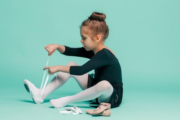 Śliczna Mała Baletnica W Czarnej Sukience Do Tańca Zakładająca Pointe Darmowe Zdjęcia