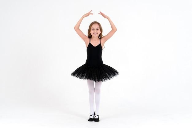 Śliczna Mała Baletnica W Studio Tańca Premium Zdjęcia
