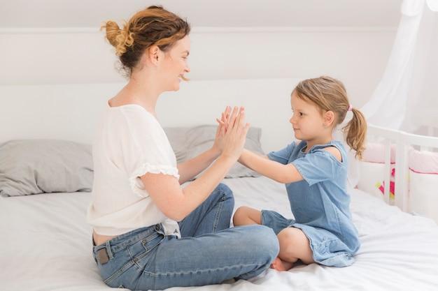 Śliczna Mała Dziewczynka Bawić Się Z Mamą W Domu Darmowe Zdjęcia