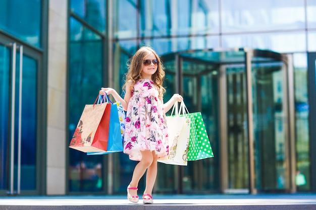 Śliczna Mała Dziewczynka Na Zakupy, Portret Dzieciak Z Torba Na Zakupy, Zakupy, Dziewczyna. Premium Zdjęcia