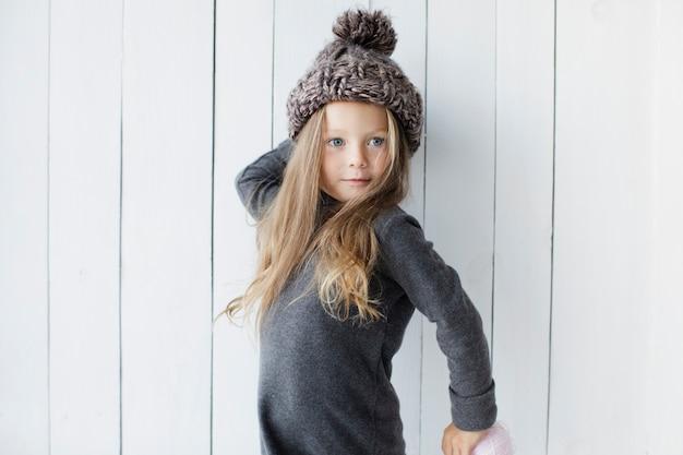 Śliczna Mała Dziewczynka Pozuje Modę Darmowe Zdjęcia
