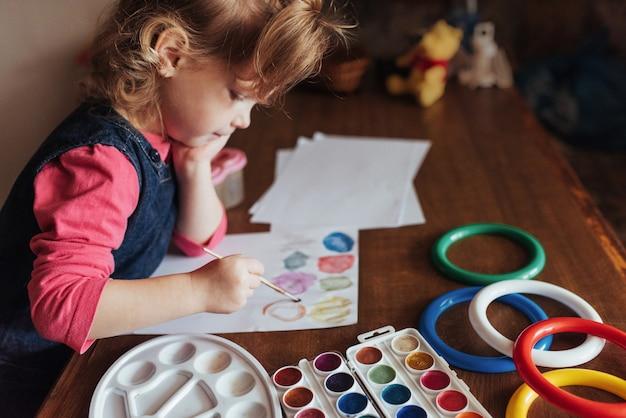Śliczna Mała Dziewczynka Rysuje Okrąg Kolorowe Farby Darmowe Zdjęcia