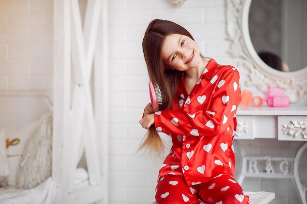 Śliczna Mała Dziewczynka W Domu W Piżamie Darmowe Zdjęcia