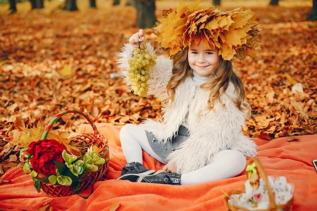 Śliczna mała dziewczynka w jesień parku Darmowe Zdjęcia