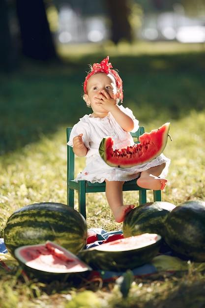 Śliczna mała dziewczynka z arbuzami w parku Darmowe Zdjęcia