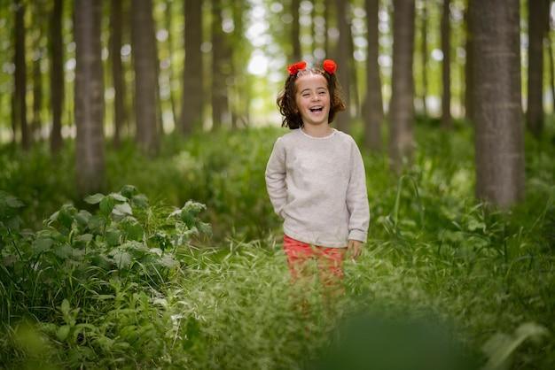 Śliczna Mała Dziewczynka Z Cztery Lat Ma Zabawę W Topolowym Lesie Darmowe Zdjęcia
