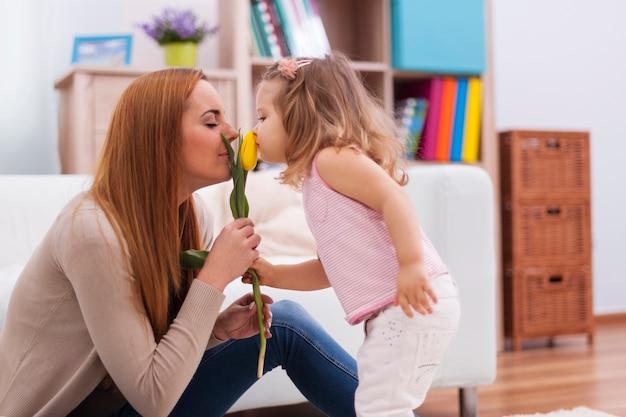 Śliczna Mała Dziewczynka Z Matką Wącha świeżego Tulipana Darmowe Zdjęcia