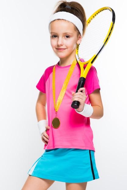 Śliczna mała dziewczynka z tenisowym kantem i medal w ona ręki Premium Zdjęcia