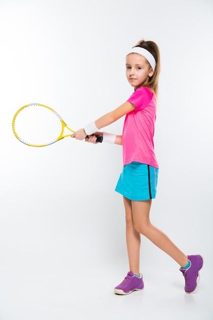 Śliczna mała dziewczynka z tenisowym kantem w jej rękach na białym tle Premium Zdjęcia