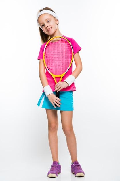 Śliczna mała dziewczynka z tenisowym kantem w jej rękach na bielu Premium Zdjęcia