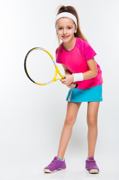 Śliczna mała dziewczynka z tenisowym kantem w ona ręki Premium Zdjęcia