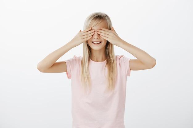 Śliczna Mała Dziewczynka Zamyka Oczy, Grając W Chowanego Darmowe Zdjęcia